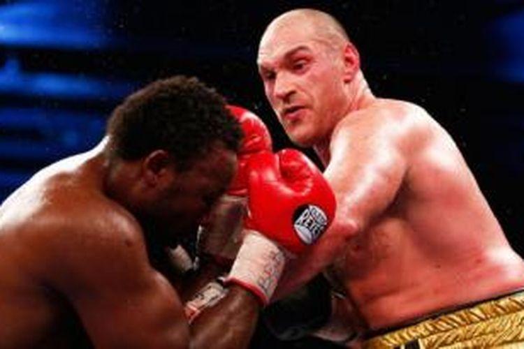 Tyson Fury (kanan)  mengalahkan Dereck Chisora