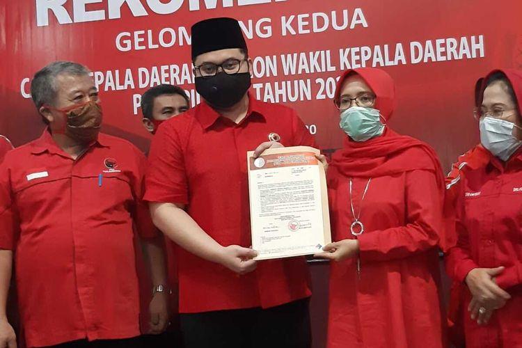 Hanindhito Himawan Pramono dan Dewi Maria Ulfa menerima surat rekom dari PDI-P untuk maju di Pilkada Kediri 2020 di kantor DPD PDI-P Jatim, Jumat (17/7/2020).