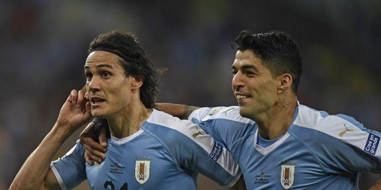 Edinson Cavani (kiri) dari Uruguay merayakan dengan rekan setimnya Luis Suarez setelah mencetak gol melawan Chili selama pertandingan grup turnamen sepak bola Copa America di Stadion Maracana di Rio de Janeiro, Brasil, pada 24 Juni 2019.