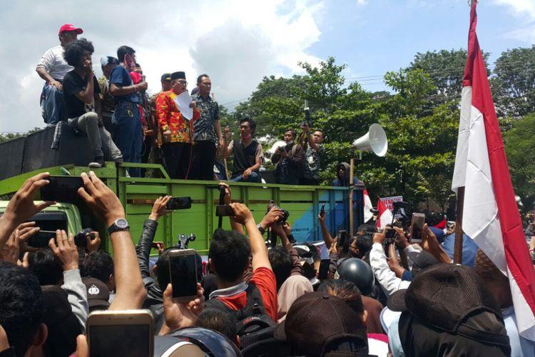 Bupati Sukoharjo Wardoyo Wijaya saat berorasi memberikan penjelasan kepada ribuan pengunjuk rasa yang menuntut PT RUM ditutup permanen di halaman Pemkab Sukoharjo, Kamis (22/2/2018).
