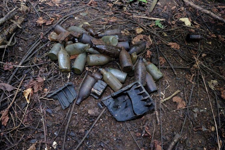 Botol-botol minuman sisa bekal tentara Perang Dunia II di Morotai. Botol-botol ini adalah sisa logistik tentara Jepang dan Amerika yang pernah membangun basis di wilayah Maluku ini.