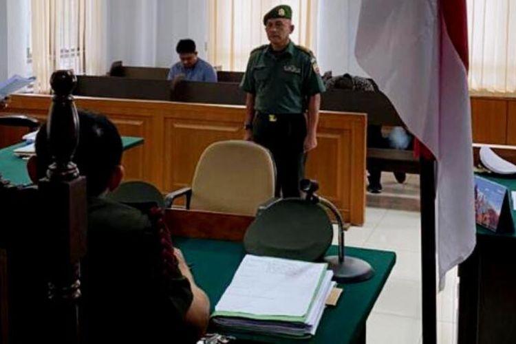 Terdakwa Letkol April mendengarkan penasehat hukumnya membacakan pledoi di Pengadilan Militer Tinggi - I Medan, Kamis (13/2/2020)
