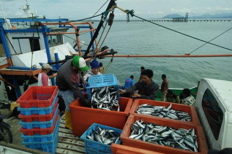 Salah satu kapal pengangkut ikan saat menjalani pemeriksaan di SKPT Sebatik sebelum melanjutkan perjalanan ke dermaga Tawau Malaysia (SKPT)