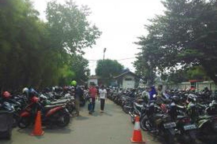 Kondisi area parkir motor Stasiun Pasar Senen pada Jumat (10/7/2015) yang bisa menjadi alternatif penitipan motor saat mudik.
