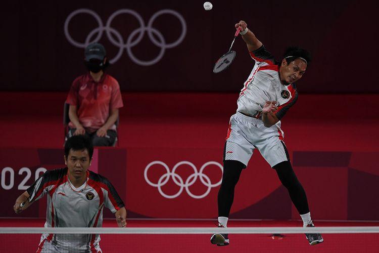 Pebulutangkis ganda putra Indonesia Mohammad Ahsan/Hendra Setiawan mengembalikan kok ke arah ganda putra Taiwan Lee Yang/Wang Chi-Lin seusai semifinal Olimpiade Tokyo 2020, di Musashino Forest Sport Plaza, Tokyo, Jepang, Jumat (30/7/2021). Mohammad Ahsan/Hendra Setiawan gagal ke final setelah kalah 11-21, 10-21, dan selanjutnya mereka akan memperebutkan medali perunggu melawan ganda putra Malaysia pada Sabtu 31 Juli 2021.
