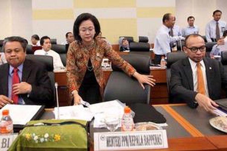 Menteri Perencanaan Pembangunan Nasional/Kepala Badan Perencanaan Pembangunan Nasional Armida Alisjahbana (tengah).