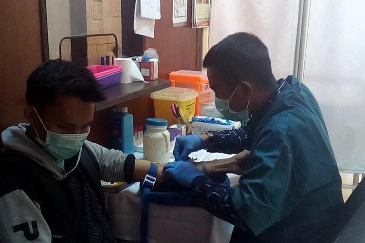 Salah satu mahasiswa Unsri Indralaya sedang diambil darahnya untuk dilakukan pemeriksaan saat berobat ke klinik kampus Unsri karena menderita sakit.