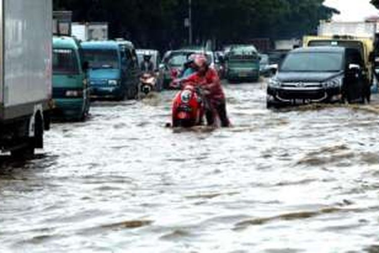 Kendaraan warga mogok akibat terkena banjir yang menggenangi kawasan persimpangan Jalan Rumah Sakit dan Jalan Soekarno-Hatta, Gedebage, Kota Bandung, Jawa Barat, Rabu (2/11/2016). Banjir ini akibat luapan drainase di sekitar kawasan jalan utama di Kota Bandung tersebut setelah hujan lebat mengguyur kawasan Bandung Utara.