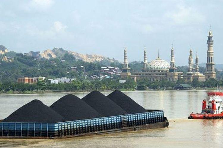 Kapal tongkang pengangkut batu bara melintas di Sungai Mahakam, Samarinda, Kaltim. Provinsi ini menggantungkan sebagian pendapatan daerahnya pada aktivitas pertambangan batu bara.