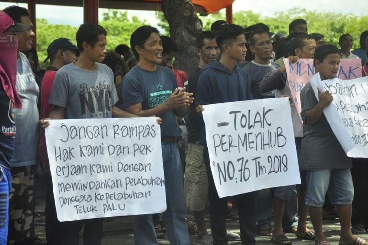 Ratusan nelayan dan buruh pelabuhan Donggala turun ke jalan, menolak adanya Peraturan Kementerian Perhubungan tentang administrasi pelabuhan, Jumat (1/2/2019)