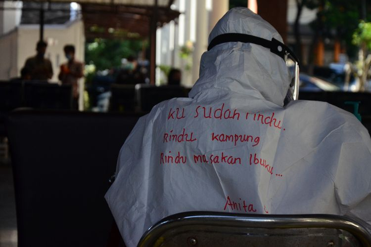 Baju hazmat tenaga kerja di Salatiga dicorat-coret tulisan yang mewakili ungkapan suara hati.