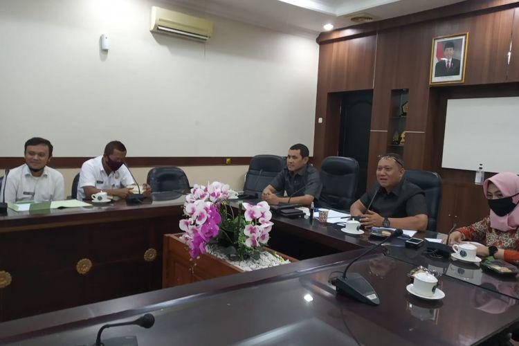 Rapat dengar pendapat antara komisi B DPRD Jember dengan Dinas PTSP terkait pendelegasian perizinan