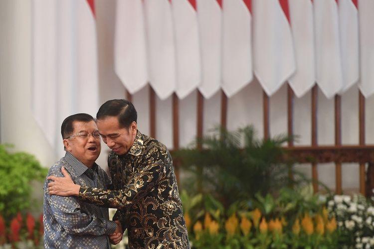 Presiden Joko Widodo (kanan) berpelukan dengan Wakil Presiden Jusuf Kalla (kiri) dalam acara silaturahmi kabinet kerja di Istana Negara, Jakarta, Jumat (18/10/2019). Silaturahmi itu juga merupakan ajang perpisahan presiden, wakil presiden serta para menteri kabinet kerja yang telah bekerja sama selama lima tahun pemerintahan Joko Widodo-Jusuf Kalla. ANTARA FOTO/Akbar Nugroho Gumay/aww.