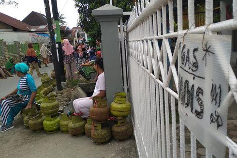 Gemas Elpiji 3 Kg Langka, Emak-emak Jejerkan Tabung Gas di Pinggir Jalan