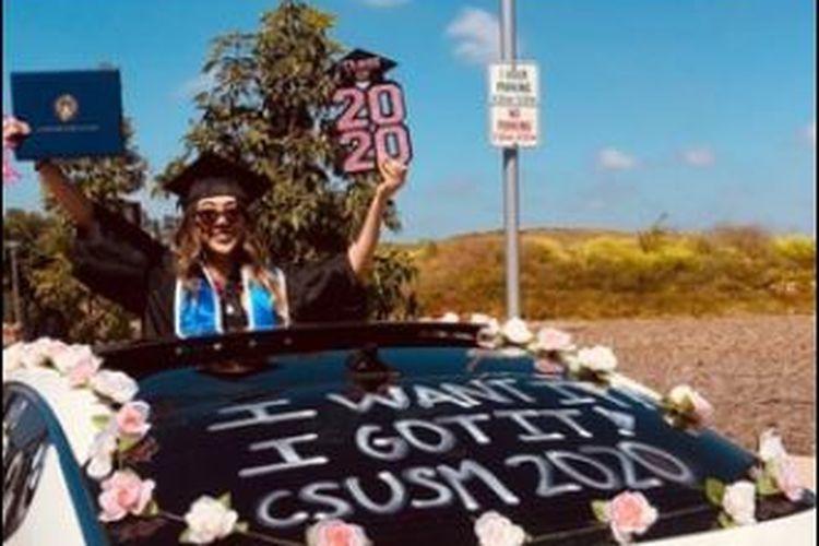 Salah satu wisudawan mengikuti rangkaian CSUSM Graduates on Parade, perayaan kelulusan di saat pandemi.
