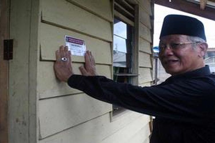 Gubernur Kepulauan Riau M Sani memeriksa rumah tidak layak huni yang sudah selesai diperbaiki, Selasa (26/2/2013) di Lingga, Kepulauan Riau. Sebanyak 26.000 rumah tidak layak huni tersebar di seluruh Kepri. Perbaikan dalam tiga tahun ke depan hanya mampu menuntaskan 12.000 rumah.
