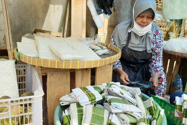 Parni (60) penjual tempe dan tahu di Pasar Peterongan Semarang, Selasa (12/1/2021).