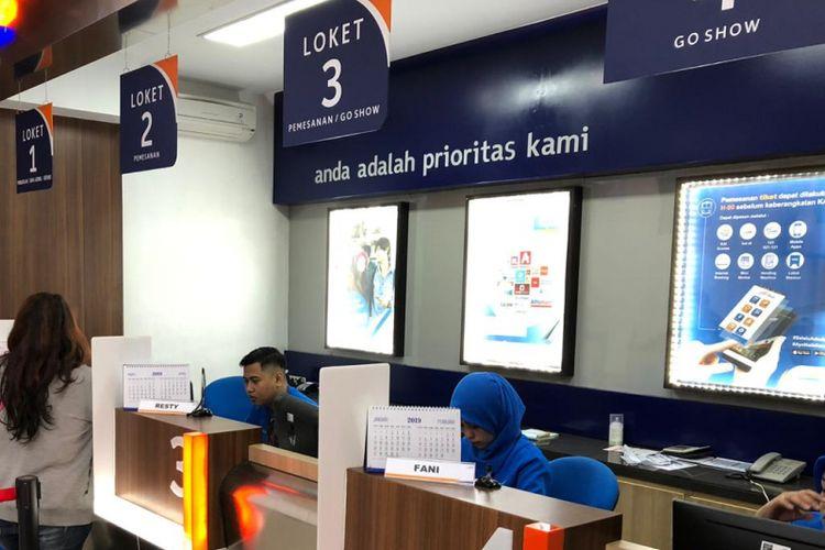 Loket pemesanan tiket kereta api di Stasiun Gubeng, Surabaya.
