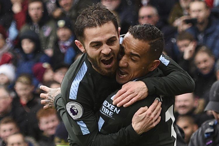 Gelandang Manchester City asal Portugal, Bernardo Silva (kiri), melakukan selebrasi bersama bek asal Brasil, Danilo (kanan), setelah Danilo mencetak gol ke gawang Burnley dalam pertandingan Premier League di Turf Moor, Burnley, Sabtu (3/2/2018).
