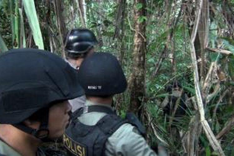 Paska insiden penembakan terhadap truk tangki air di jalan tambang mil 41-42, Senin (9/12/2013) dilakukan Penyisiran dan pengejaran oleh Tim Tindak dan Unit Anjing Pelacak K-9 Brimob Detasemen B Timika, di hutan sebelah jalan.