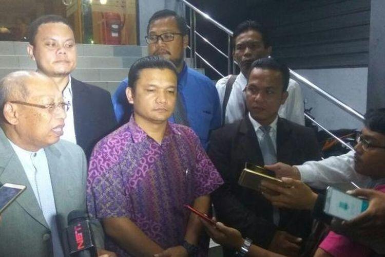 Tim kuasa hukum Basuki Tjahaja Purnama atau Ahok melaporkan Muhammad Asroi Saputra ke Polda Metro Jaya, Senin (6/2/2017).