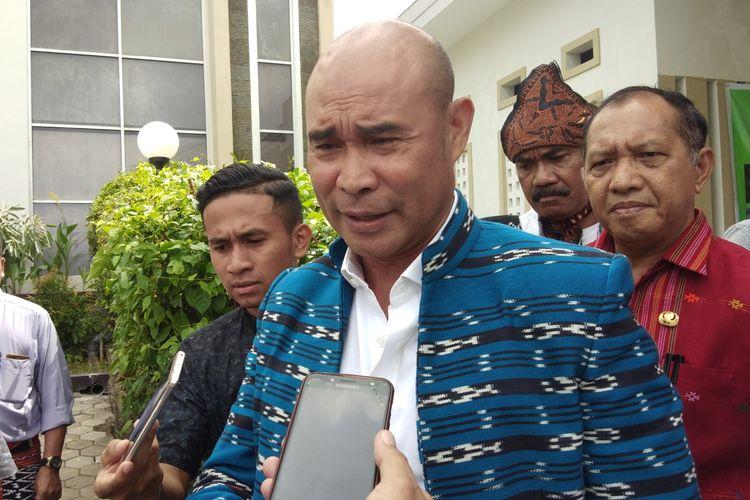 Gubernur NTT Viktor Bungtilu Laiskodat, saat diwawancarai sejumlah wartawan di Hotel Sasando Kupang, Jumat (5/4/2019)