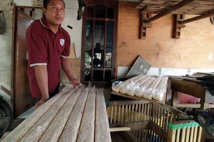 Salah satu perajin tempe, Iryono, ketika ditemui di rumah produksinya di Jalan Harmonika, Cipondoh, Senin (4/1/2021) siang