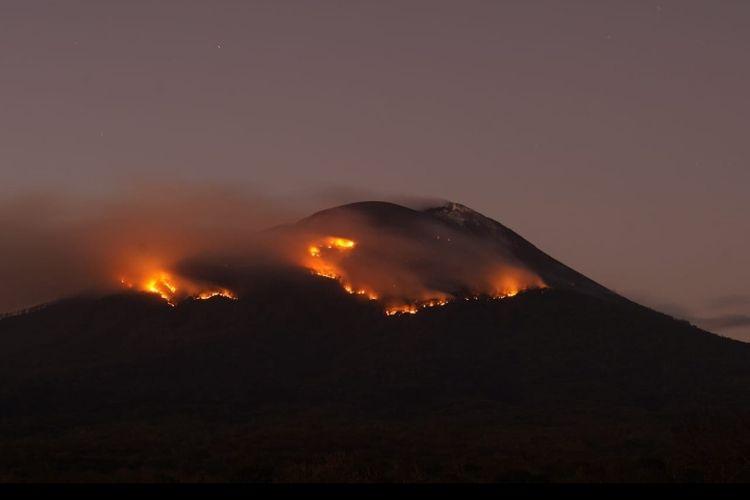 Foto : Gunung Ile Lewotolok, di Kecamatan Ile Ape, Kabupaten Lembata kembali mengeluarkan erupsi disertai lontaran material pijar, Rabu (28/7/2021) dini hari hingga sore.