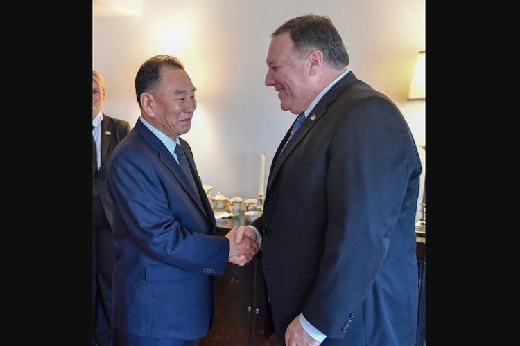 Menteri Luar Negeri AS Mike Pompeo (kanan) menjabat tangan utusan Korea Utara, Kim Yong Chol, saat pertemuan di New York, Rabu (30/5/2018).