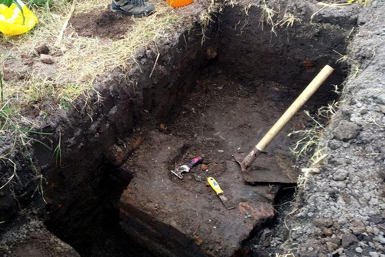 Penggalian lubang uji (test pit) ke-3 menemukan pilar dari struktur batu bata kuno di belakang RSUD Mardhi Waluyo Kota Blitar yang diduga sebagai konstruksi pagar sebuah hunian, Jumat (24/9/2021)