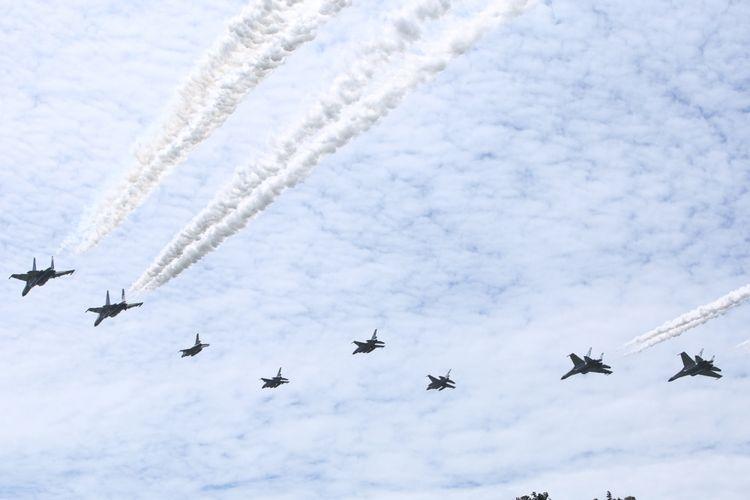 Sejumlah pesawat jet tempur TNI AU melakukan terbang lintas (flying pass) pada Upacara Peringatan ke-71 Hari TNI AU tahun 2017 di Lanud Halim Perdanakusuma, Jakarta, Minggu (9/4/2017). Sejumlah warga memadati lokasi upacara untuk menyaksikan atraksi pesawat.