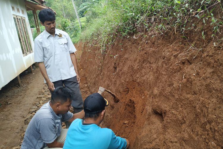 Tim Badan Geologi dibantu warga mengambil sampel tanah di lokasi tanah bergerak Kampung Gunubgbatu, Desa Kertaangsana, Nyalindung, Sukabumi, Jawa Barat, Minggu (28/4/2019).