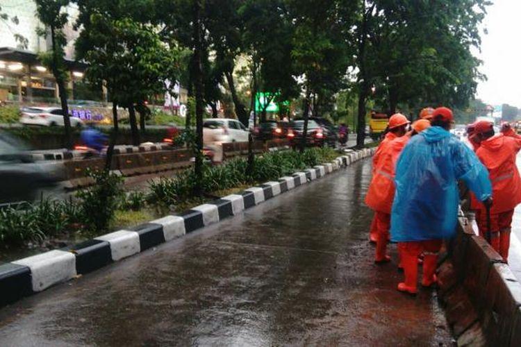 Petugas PPSU menangani genangan di Jakarta, Jumat (11/11/2016).