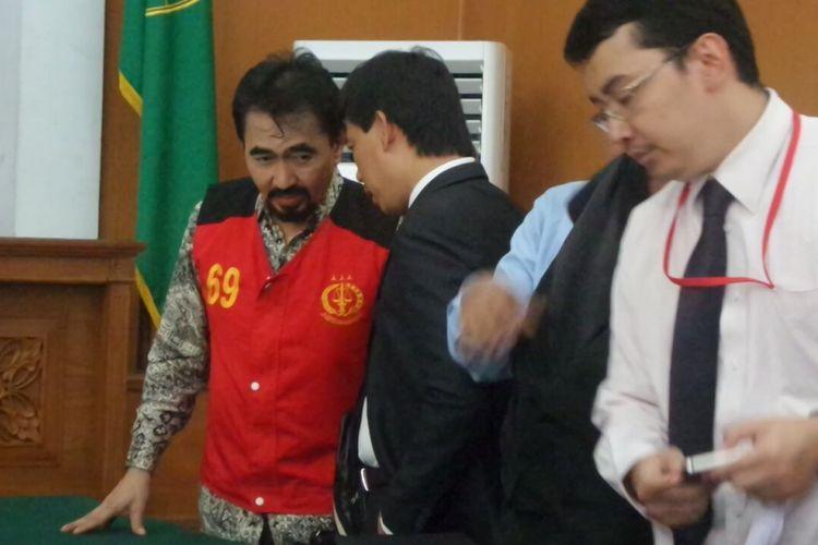Gatot Brajamusti menjalani sidang perdana kasus dugaan kepemilikan senjata api ilegal dan satwa langka di Pengadilan Negeri Jakarta Selatan, Selasa (10/10/2017).