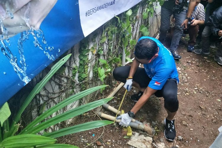 Wakil Gubernur DKI Jakarta Sandiaga Uno memotong pipa air tanah di rumah pribadinya, Jalan Pulombangkeng, Rabu (21/3/2018).