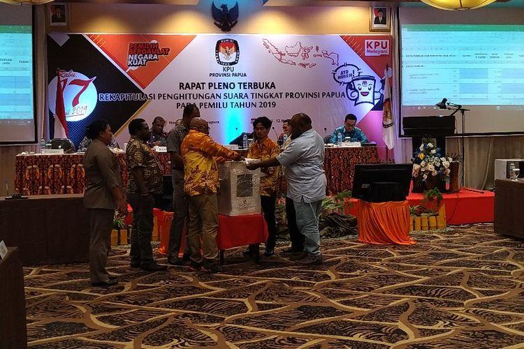 Pembukaan hasil rekapitulau suara Pemilu 2019 di Kabupaten Nabire pada Rapat Pleno tingkat Provinsi Papua, di Kota Jayapura, Minggu (12/05/2019)