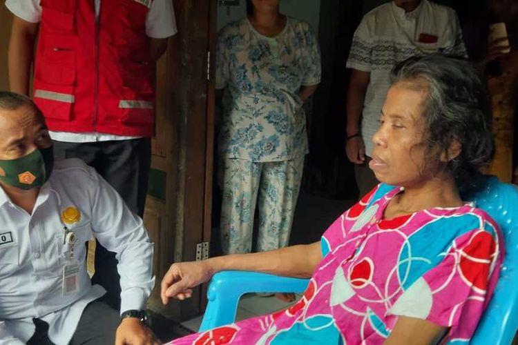 Sugiyem (49) seorang Tenaga Kerja Wanita (TKW) di Singapura saat ditemui di rumahnya di Dukuh Ledok, Desa Sukolilo, Kecamatan Sukolilo, Kabupaten Pati, Jawa Tengah dalam kondisi buta, tulidan penuh luka akibat dihajar majikannya, Senin (9/11/2020).