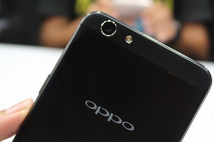 Kamera belakang Oppo F1s Your Raisa Phone masih mengusung sensor berkualitas 13 megapiksel.