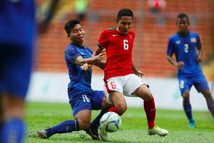 Gelandang timnas Indonesia, Evan Dimas, mencoba melewati hadangan pemain Thailand pada pertandingan fase grup SEA Games 2017 di Stadion Shah Alam, Selasa (15/8/2017).