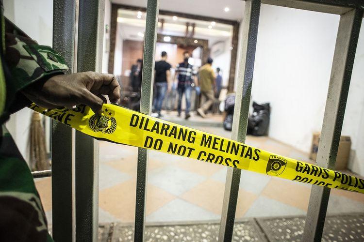 Garis dilarang melintas terpasang di pintu gerbang saat tim Densus 88 Antiteror melakukan penggeledahan di bekas markas Front Pembela Islam (FPI), Petamburan, Jakarta, Selasa (27/4/2021). Tim Densus 88 Antiteror menggeledah tempat tersebut pascapenangkapan mantan Sekretaris Umum Front Pembela Islam (FPI) Munarman terkait kasus dugaan tidak pidana terorisme. ANTARA FOTO/Aprillio Akbar/rwa.