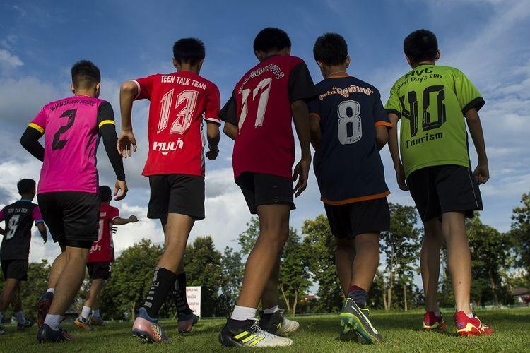 Anak-anak anggota tim sepak bola Wild Boars yang terjebak di dalam goa selama sembilan hari kembali berlatih di Chiang Rai, Thailand.