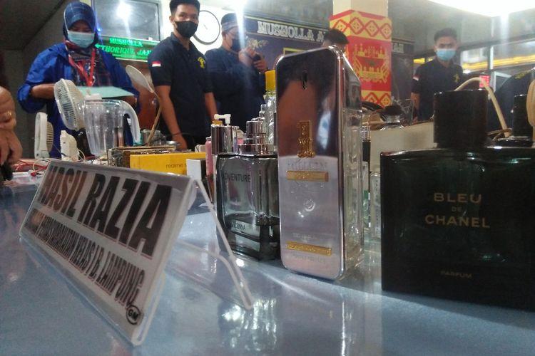 Botol parfum merek ternama yang disita petugas dari sel tahanan di Lapas Rajabasa, Bandar Lampung, Selasa (6/4/2021) malam. Diperkirakan parfum-parfum tersebut adalah produk asli seharga jutaan.