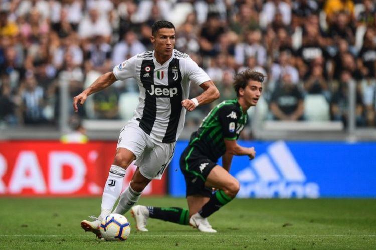 Cristiano Ronaldo sukses melewati penjagaan pemain lawan pada pertandingan Juventus vs Sassuolo di Turin dalam lanjutan Serie A, 16 September 2018.