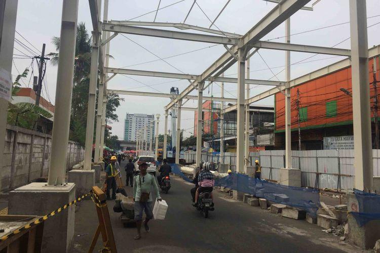 Pemprov DKI meminta para pedagang di Jalan Jatibaru Raya yang berada di zona C dan D proyek pembangunan skybridge Tanah Abang untuk tidak lagi berjualan mulai Rabu (20/9/2018) hingga 15 Oktober, Selasa (19/9/2018).