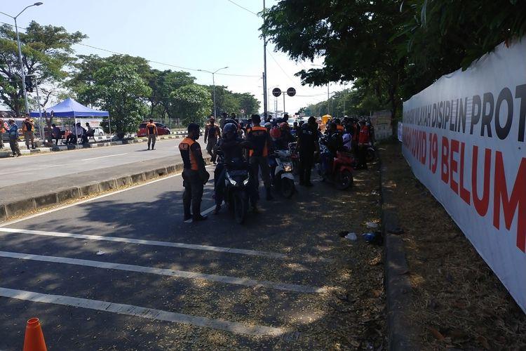 Petugas Kepolisian Saat Melakukan Tes Rapid Antigen diberbagai titik Pos Penyekatan Pemudik wilayah Surabaya Jawa Timur