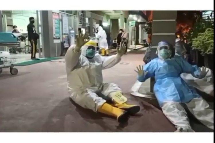 Ruang instalasi gawat darurat (IGD) dipenuhi pasien Covid-19 dan dan sejumlah nakes kelelahan menunggu kedatangan pasien di RSUD Ponorogo, Sabtu (26/6/2021) malam.