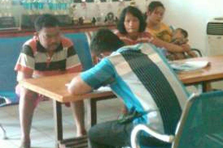 Proses mediasi keluarga Sarmin Siregar (38) dan  istrinya, H boru S (33) di Polres Pematangsiantar, Jumat (10/6/2016).