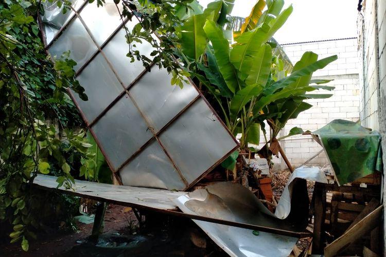 "TANGERANG SELATAN, KOMPAS.com - Hujan dan angin kencang pada Minggu (8/11/2020) sekitar pukul 12.00 WIB membuat material papan reklame berupa seng dan baja ringan jatuh menimpa sejumlah rumah warga di sekitar Komplek Bintaro Palma, Sawah Baru, Jombang, Tangerang Selatan, Banten.  Tujuh rumah dan dua diantaranya rusak berat akibat tertimpa material papan reklame.  ""Jadi bagian-bagian reklame jatuh dan menimpa rumah warga. Cuacanya hujan dan anginnya kencang tadi,"" kata Lurah Sawah Baru, Muslim saat dihubungi, Minggu (8/11/2020) sore.  Material seng dan baja ringan menimpa dua atap rumah sehingga mengalami kerusakan parah.  Atap rumah warga dari asbes pecah dan tiang penyangga atap patah akibat tertimpa material papan reklame.  ""Ini sudah kejadian kedua kali. Yang pertama itu rusaknya ringan. Itu lembaran-lembaran baliho yang terbang. Yang sekarang material seng dan besi baja ringan,"" ujar Muslim.  Adapun warga yang terdampak akibat tertimpa material papan reklame sebanyak 7 Kepala Keluarga (KK). Muslim menyebutkan, tak ada korban jiwa akibat peristiwa material papan reklame yang jatuh menimpa rumah warga."