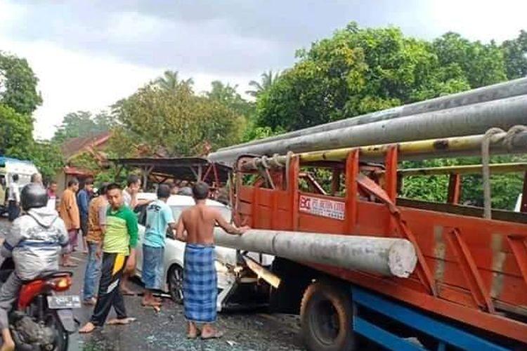 Satu beton listrik terlepas dari truk pengangkut dan menancap di mobil kecil yang berada di belakangnya di Jalan Raya Nasional Probolinggo, Lumajang, Jawa Timur, Kamis (5/12/2019).