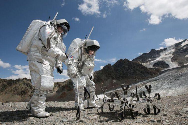 Astronot Analog OeWF, Inigo Munoz dan Carmen Kohler menguji Robot Bulan, Puli Rover di Gletser Kaunertaler, Austria, 3 Agustus 2015. Pelacak air yang dikembangkan ilmuwan Hungaria akan melacak keberadaan air di Bulan.